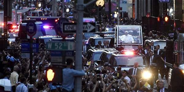 El papa Francisco atravesó la Quinta Avenida camino a la catedral de San Patricio, en Nueva York, durante la gira la semana pasada. Millones de inmigrantes salieron a recibirlo.