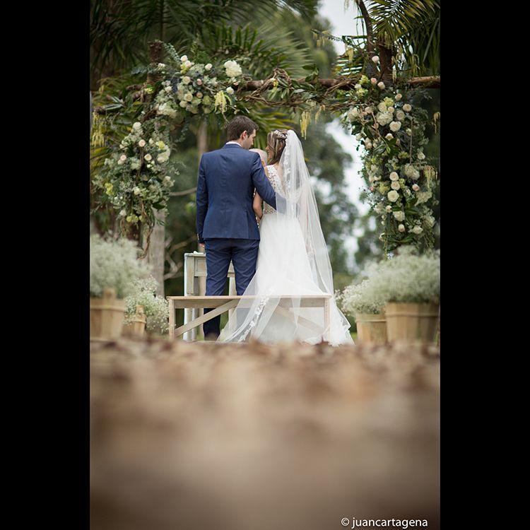 Momentos íntimos que compartimos para inspirar, para nutrir al universo de lo más grande, el amor. Foto @JuanCartagenaPhoto   Llámanos al 3106158616/ 3206750352 y reserva desde ya. #CasaBali #boda #BodasAlAireLibre #BodasCampestres #Eventos #weddingplannner #weddingplanning #weddingtips #boda #wedding #timetoparty #celebration #weddingreception #weddingparty #destinationwedding #bodascolombia #bodasmedellin #tuboda #yourstyle