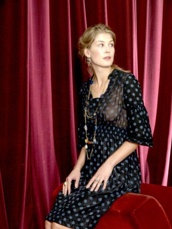 Rosamund Pike - MOOICHEAP.COM - Síguenos también en FACEBOOK en ...