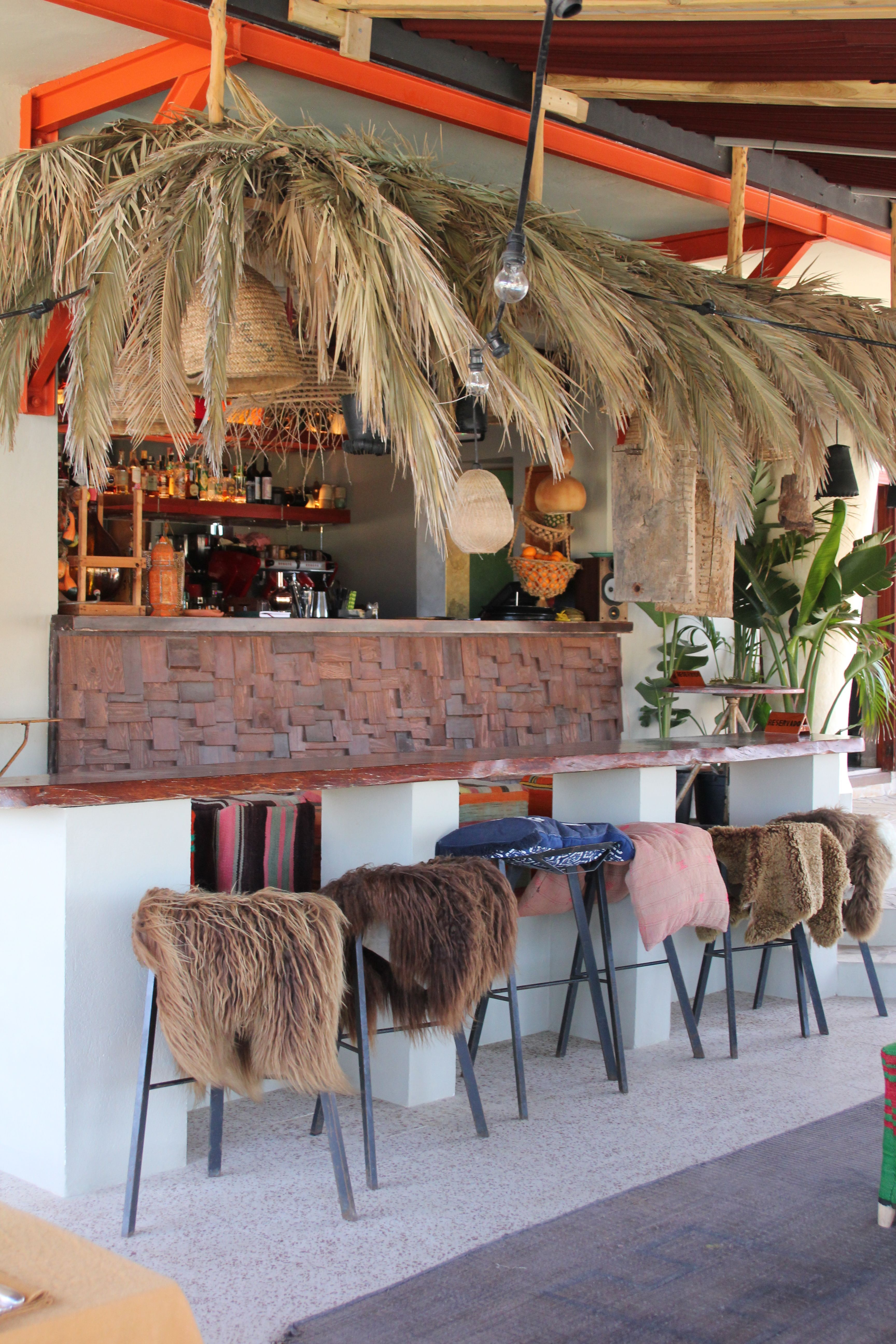 Los Enamorados Hotel Ibiza Outside Bar Sun Summer Mixed Fur Chair Cocktail Vintage Hotel Hote En 2020 Decoracion Surfera Chiringuito Playa Chiringuitos