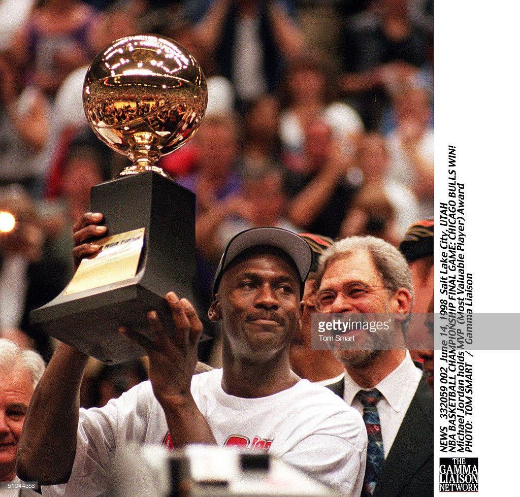 Fotografia De Noticias Michael Jordan Lifts Mvp Trophy As Phil Jackson