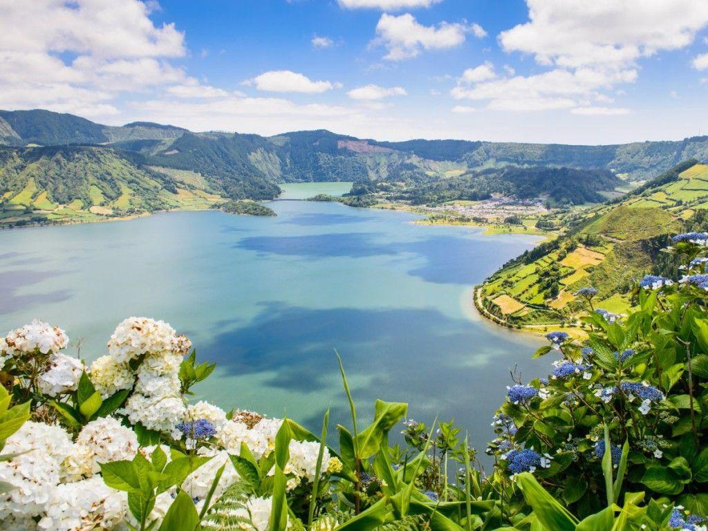 Choď preskúmať lesy, jazerá a sopečné jaskyne na Azorských ostrovoch pri pobreží Portugalska v Atlantickom oceáne.