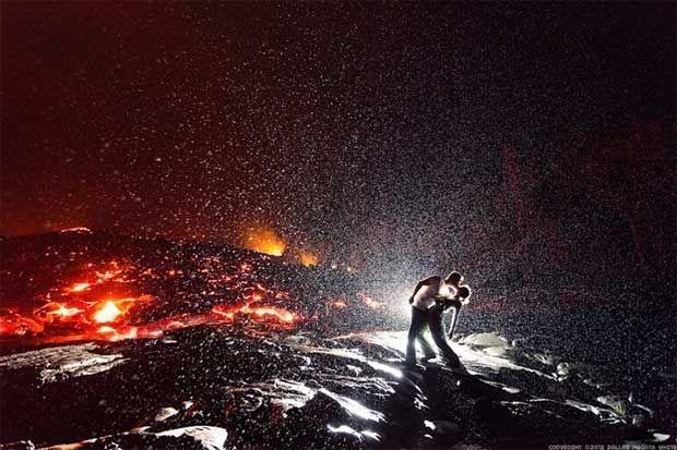 A sedução fotográfica de um beijo ardente entre chuva e lava, lava kiss