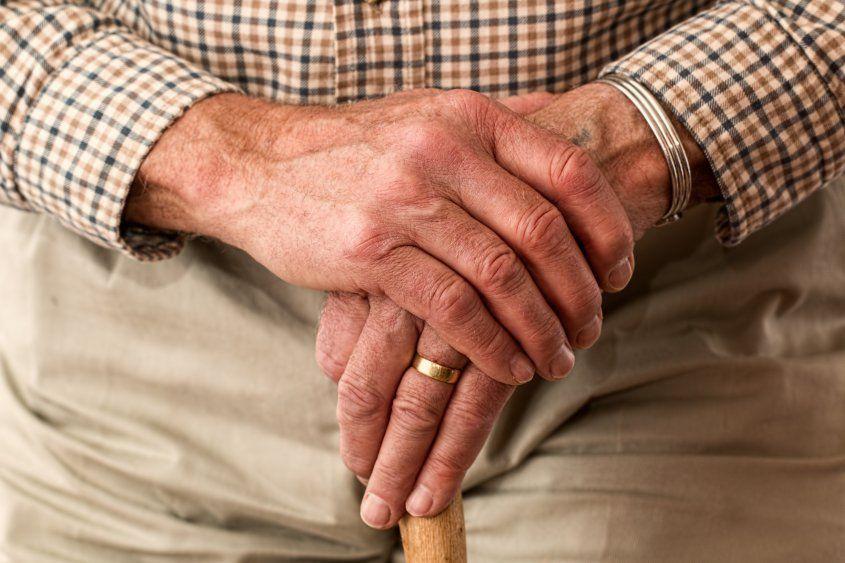 Varios estudios apuntan a que mientras se envejece, uno es más feliz