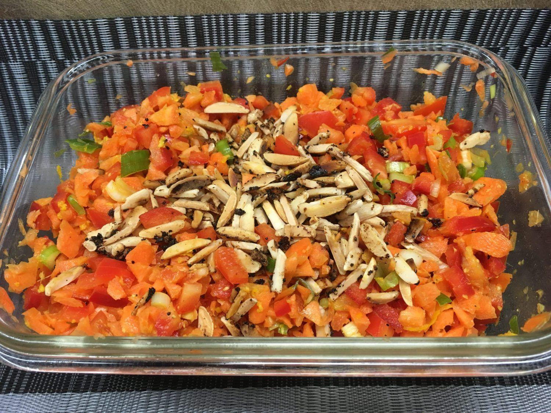 Der Karotten Paprika Salat mit Chili Mandel Krokant und Orangen Ingwer Dressing verbindet nussig-scharfe und süße Aromen.