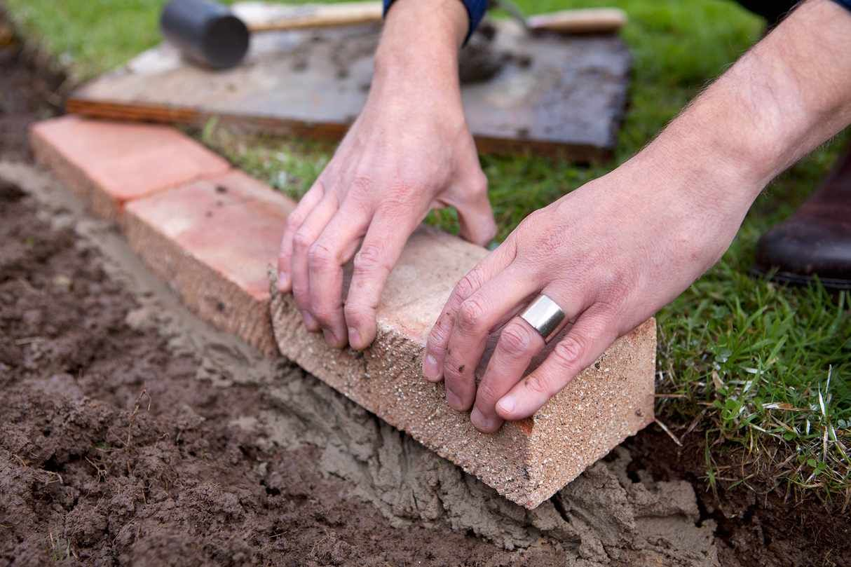 How to edge a lawn with bricks in 2020 Brick garden