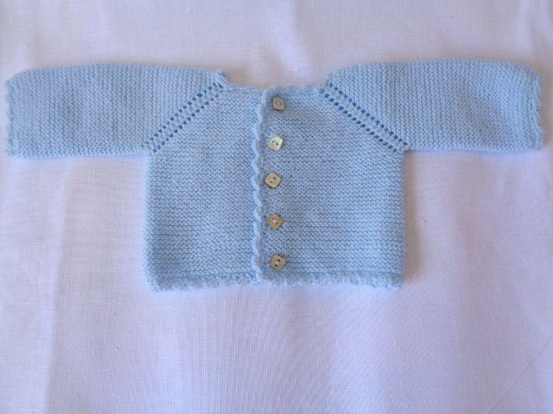 Jersey de bebé con manga ranglan de primera puesta hecho a mano con lana  azul  handmade  hechoamano  modabebe  babyfashion 08eaac0f7b1