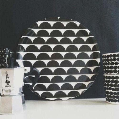 Brettet er laget i bjørkefinér og er foodsafe. Mønsteret Semicircled/Halfmoonpasser perfekt inn i ethvert kjøkken med sin friske geometriske mønster. D 31 cm