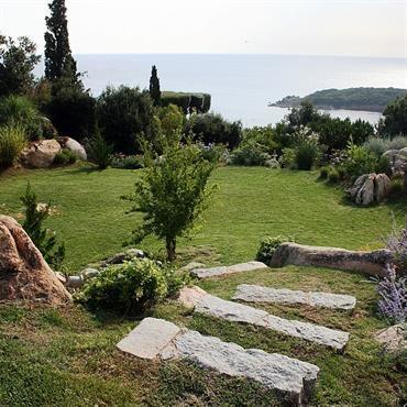 Jardin avec escalier en pierres int gr es dans la pelouse for Jardin avec escalier