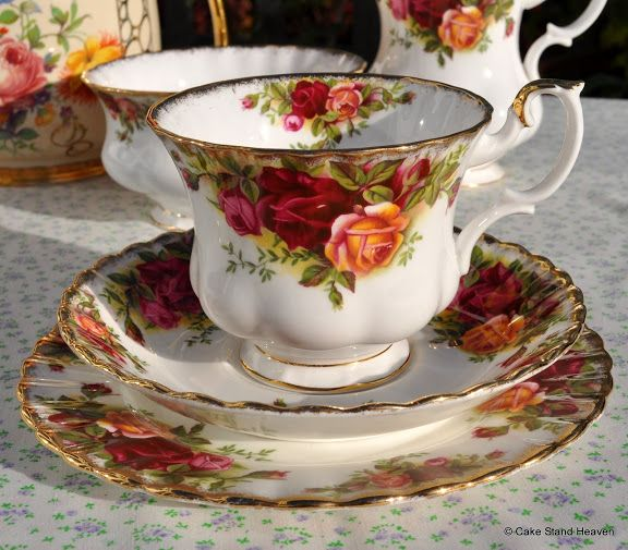 royal albert old country roses teacup trio china patterns pinterest geschirr romantik und. Black Bedroom Furniture Sets. Home Design Ideas