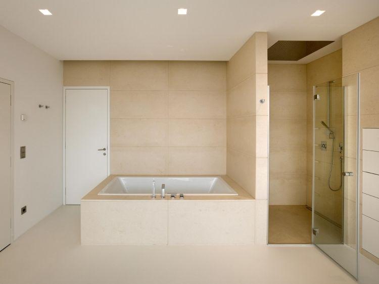 großzügiges Badezimmer mit Badewanne und Dusche in Beige   Bad ...   {Modernes badezimmer beige 91}