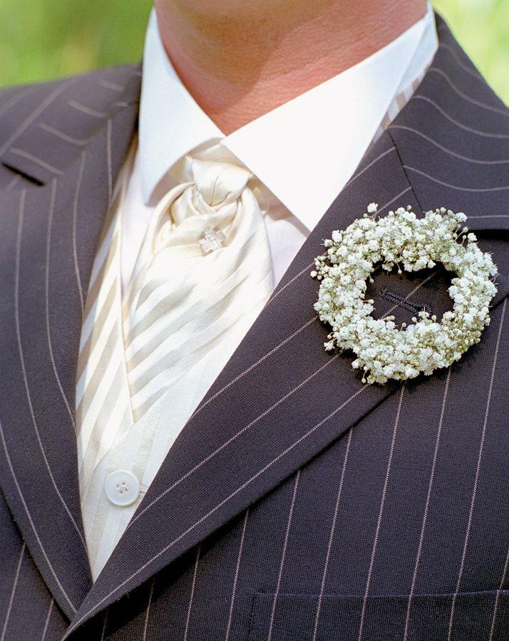 Reversschmuck-Schleierkraut - Diese kleinen Schmuckstücke sind der Blumenschmuck der Bräutigame, Trauzeugen und Väter. Egal wie der Anzug geschnitten ist oder ob ein Einstecktuch getragen wird – er gehört einfach dazu. Er sollte aus den gleichen Floralien bestehen wie der Brautstrauß.