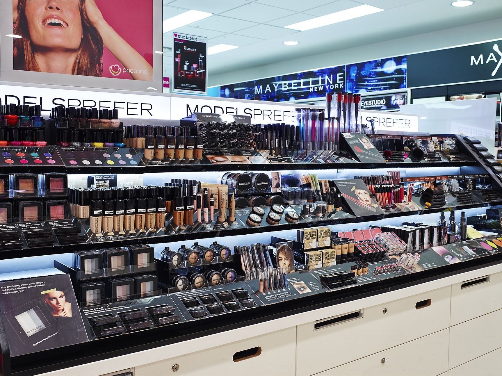 priceline cosmetic display room one Design de loja
