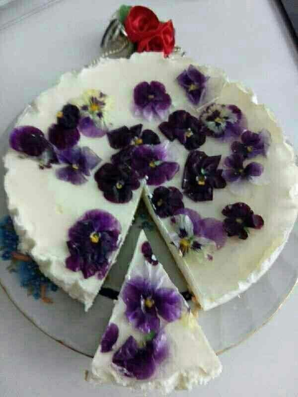 تزیین چیز کیک با بنفشه Persian Food Cake Desserts