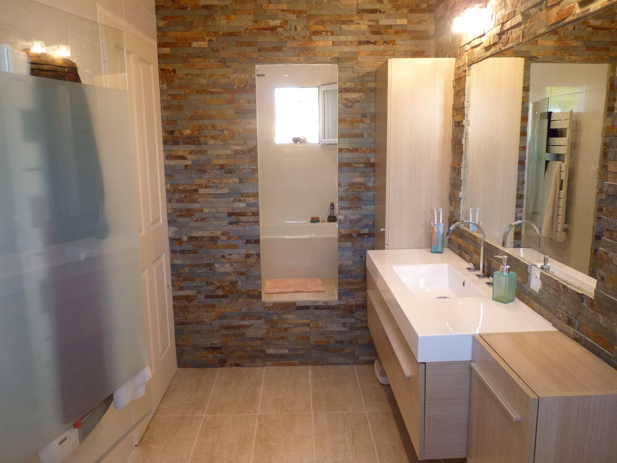 Salle de bain - Parement pierre façon briques - meubles suspendus ...