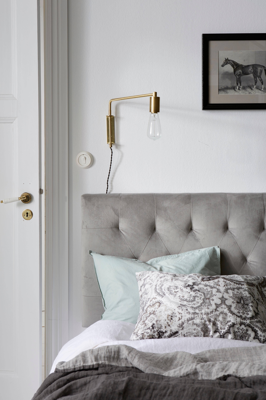 Polstret sengegavl som fastgøres på væggen (vægbeslag medfølger ...