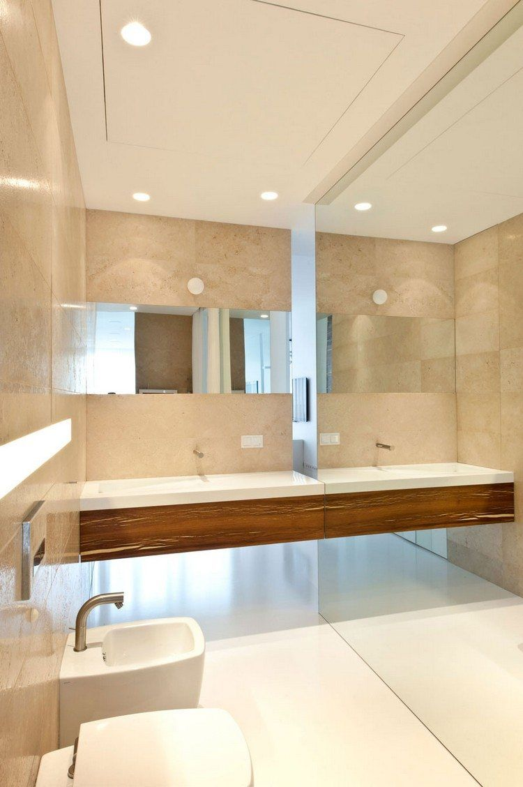 raumhohe spiegelwand und fliesen in travertin optik | bad