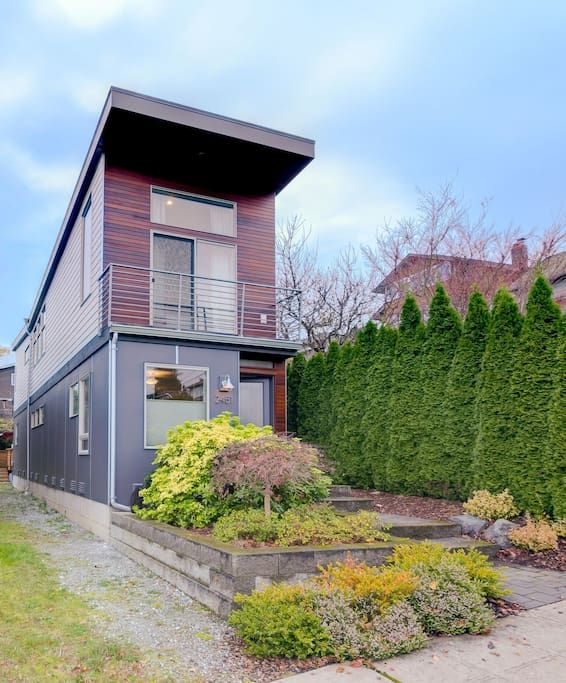 House in Seattle, United States. The Seattle Skinny House is close to: restaurants/cafes-Cafe Lago, Fuel Coffee, Vios, Nishino, Tully's, Harvest Vine, Hello Robin; neighborhoods-Madison Park, Capitol Hill, Montlake, U-District; hospitals-Univ of Washington Medical Center, Childre...