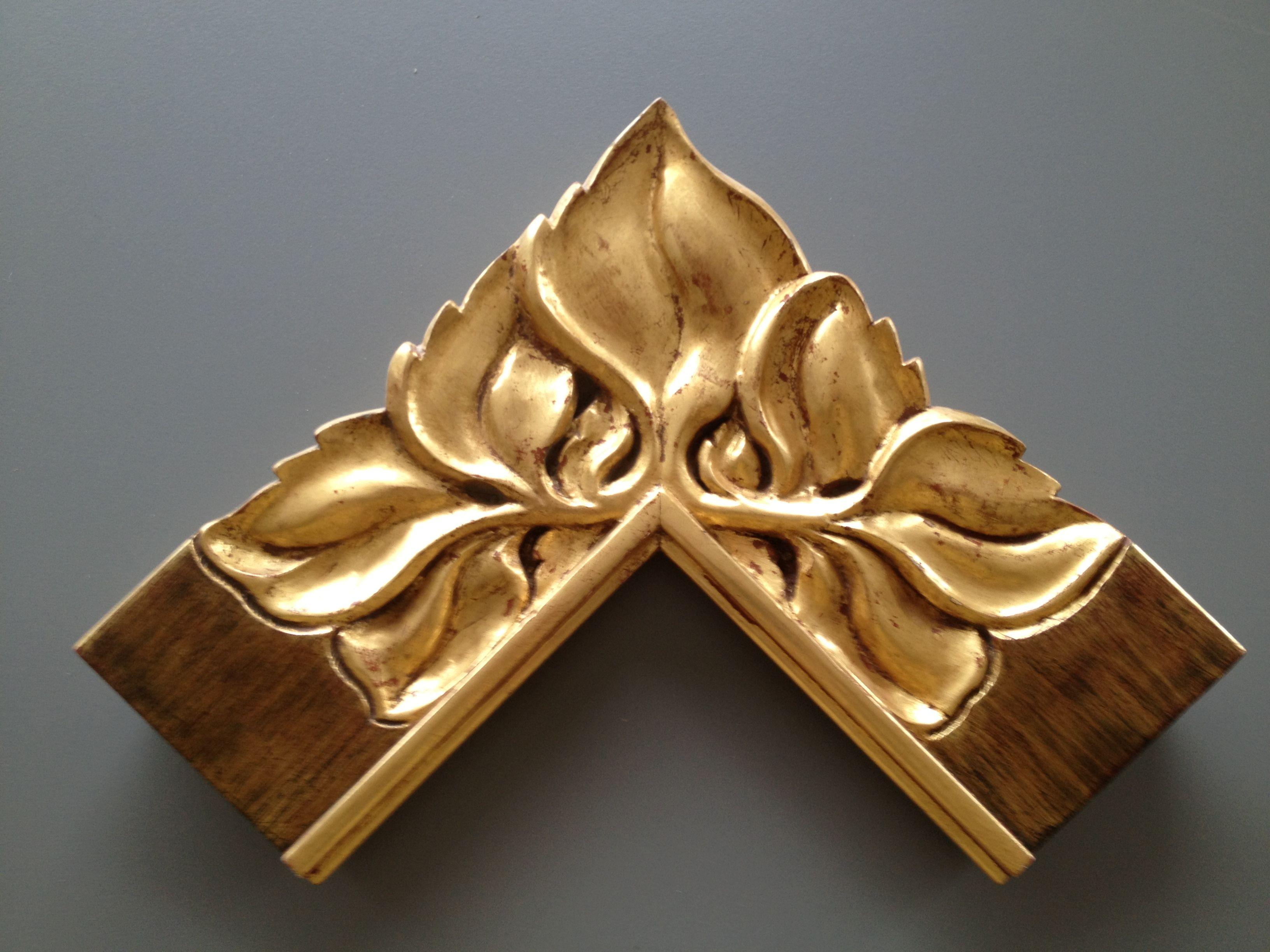 Marco tallado a mano y dorado con pan de oro marco de una for Disenos de espejos tallados en madera