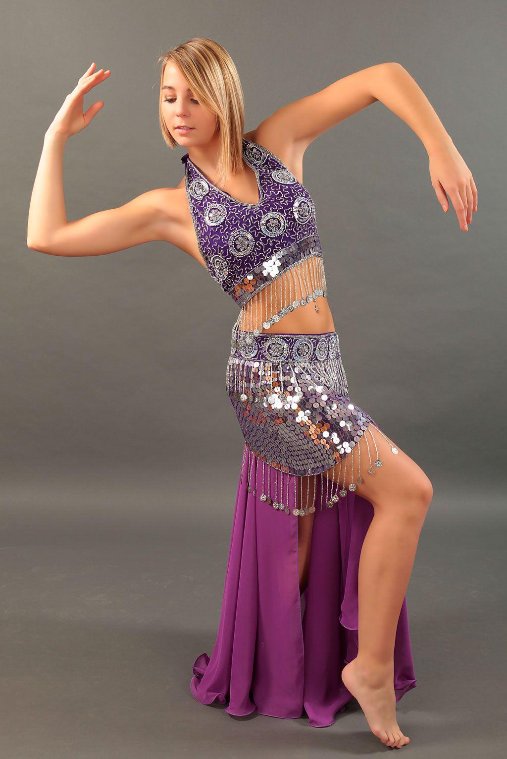 0829f662184a La tenue de danse orientale qui va faire sensation ! Jupe en mousseline  ultra féminine associée à un bustier et ceinture sublimement ornés de  sequins qui .