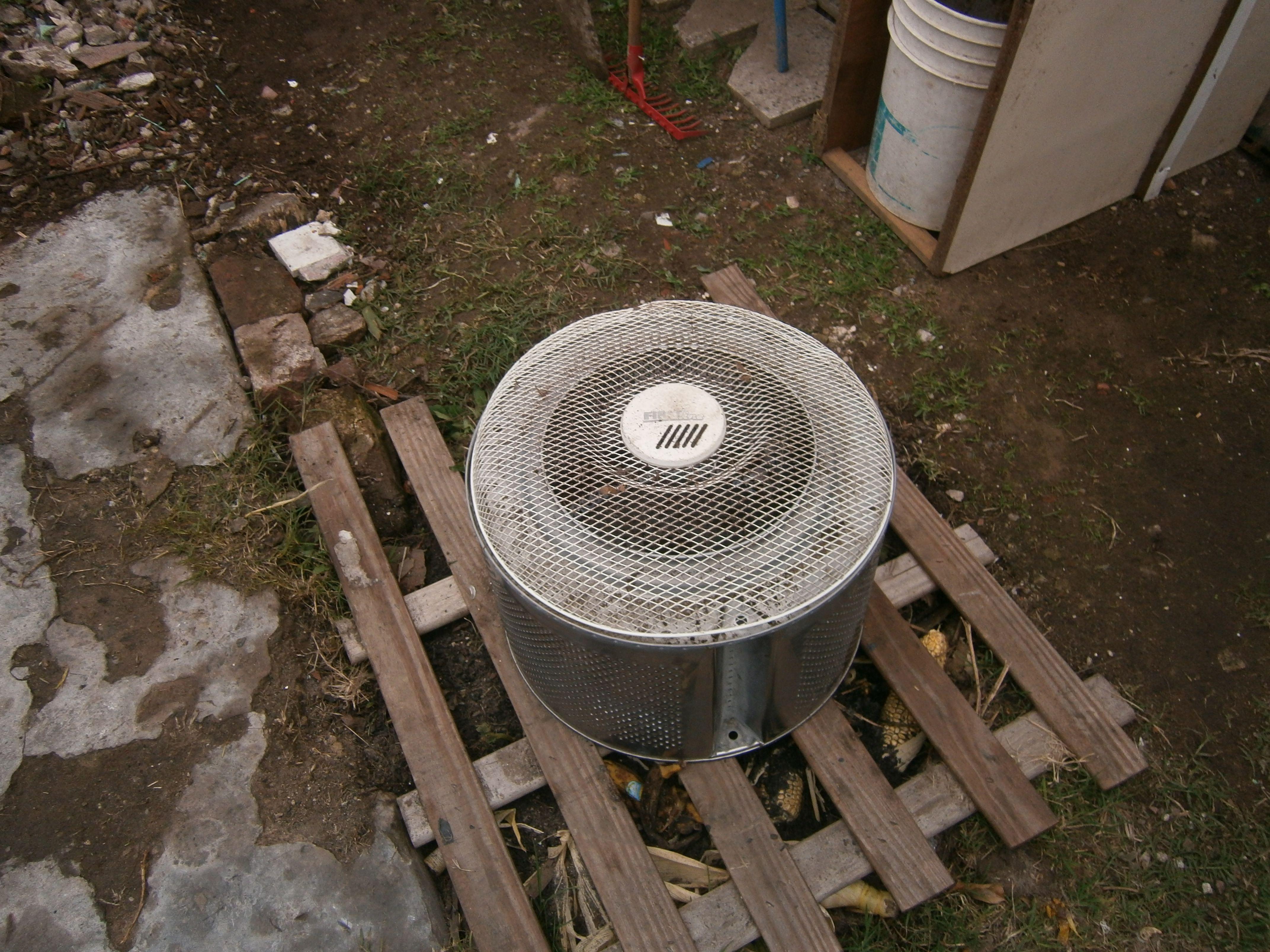 Composta en hoyo y arriba del tablero un reciclado para compostear mas rápido...va muy bien,el hoyo tiene unas trabajadoras regordetas y laboriosas,unas lombrices de jardín que hacen lindo trabajo.