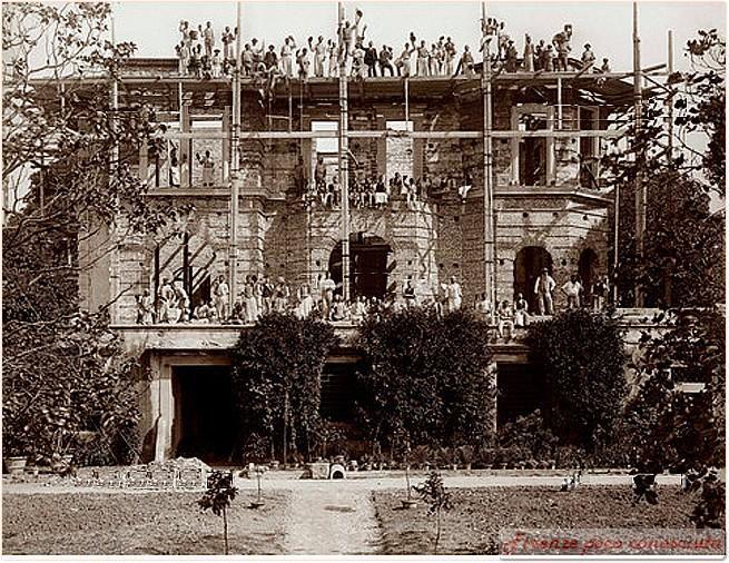 Operai sulle impalcature della Villa il Salviatino in restauro, dintorni di #Firenze, 1896.
