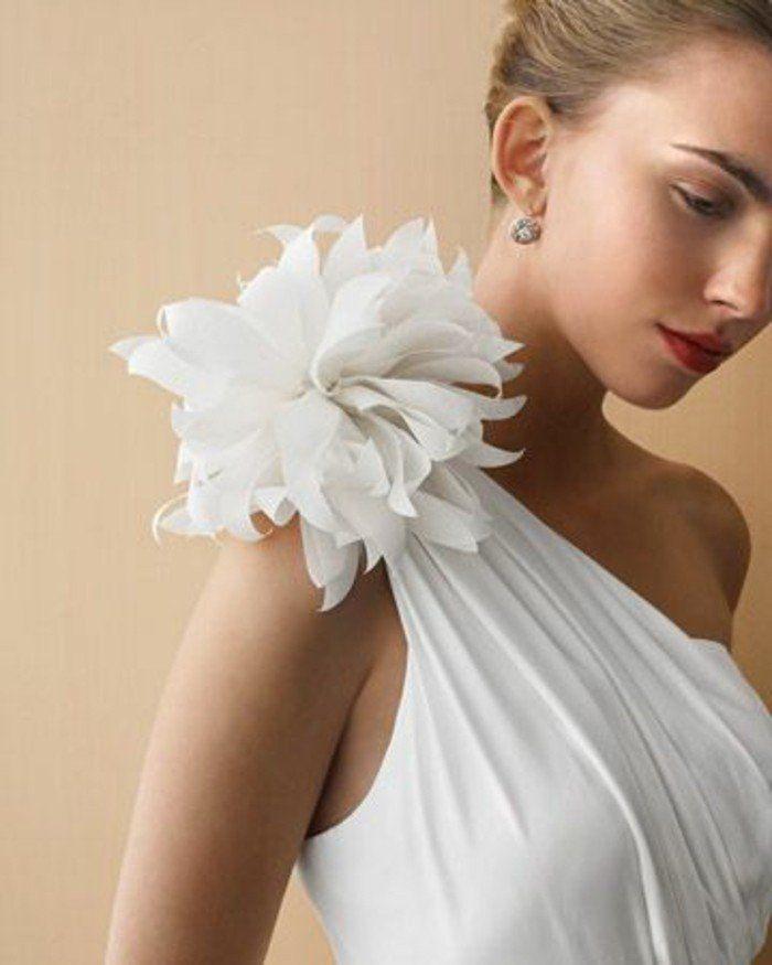 ▷1001+ idées comment faire des fleurs en tissu impressionnantes #fleursentissu f l o r a l y s ᘠ allure style look mood mode fashion tendance inspiration - robe de mariage parure hochzeit kleid dress fleur de tissu blanche attachée à l épaule d une robe blanche, tenue formelle #fleursentissu