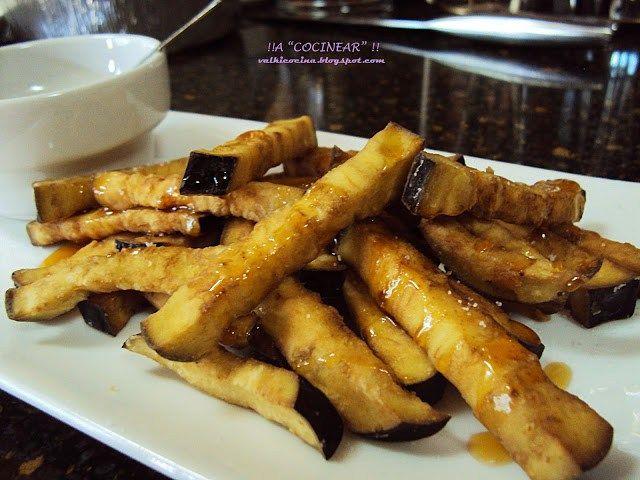 """""""Las berenjenas con miel son un entrante habitual en las cartas de restaurantes y bares andaluces. Merece la pena que pruebes esta receta tradicional, fácil y con un resultado espectacular&#8…"""