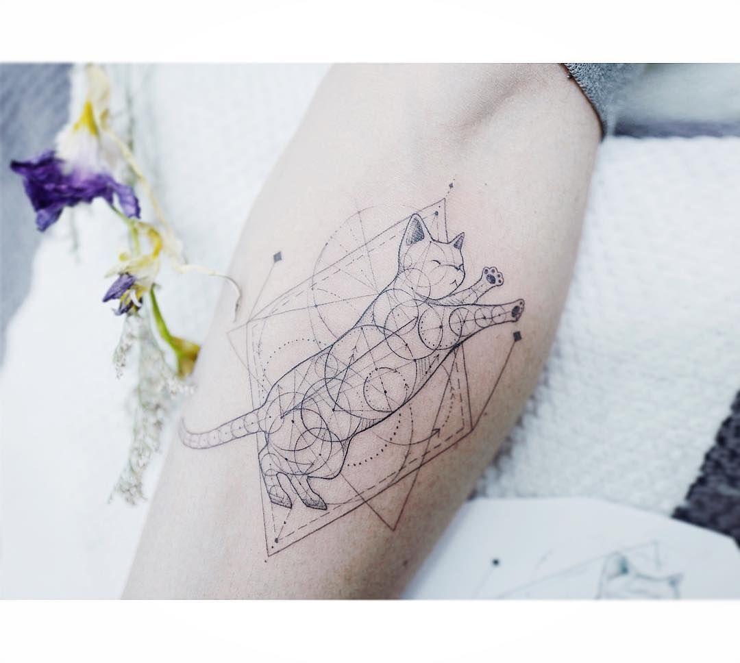 : Geometric Cat 🐈 . . #tattooistbanul #tattoo #tattooing #geometrictattoo #geometry #cat #cattattoo #타투이스트바늘 #타투 #디자인 #기하학타투 #기하학
