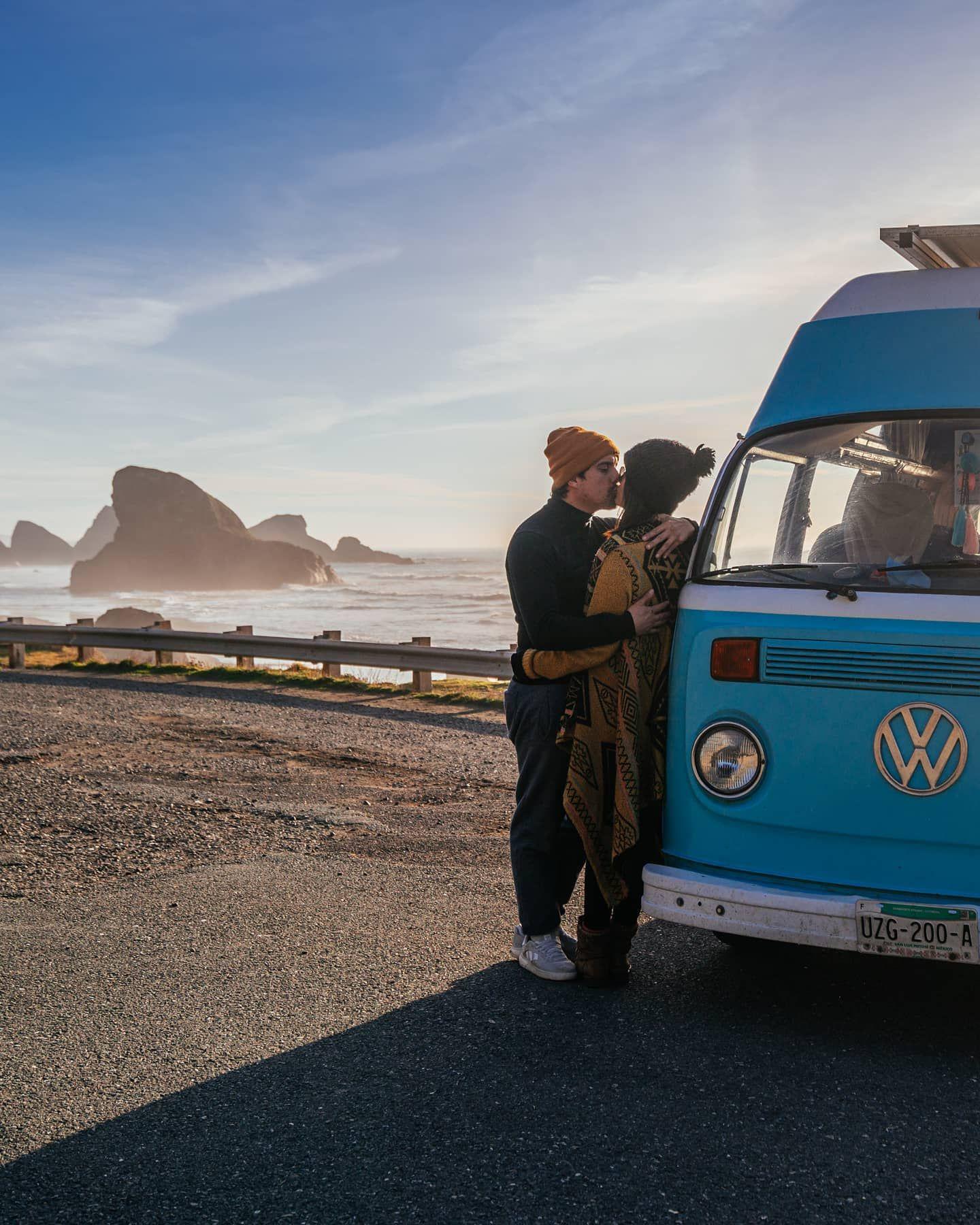 Como va el amor de pareja durante la cuarentena?😍 Para nosotros tener una casa, es un momento de mucho mas confort que otros tiempos de nuestra vida. Así que 52 días después de encierro vamos aprovechando el tiempo y pensando mucho en todos los lugares a los que queremos ir cuando las cosas mejoren. . . . #cuarentena #vanlife #vanlifeexplorers #vanlifemagazine #oregon #ruta101 #nomadarte #travelcouple #traveloregon #travel_captures #volkswagen