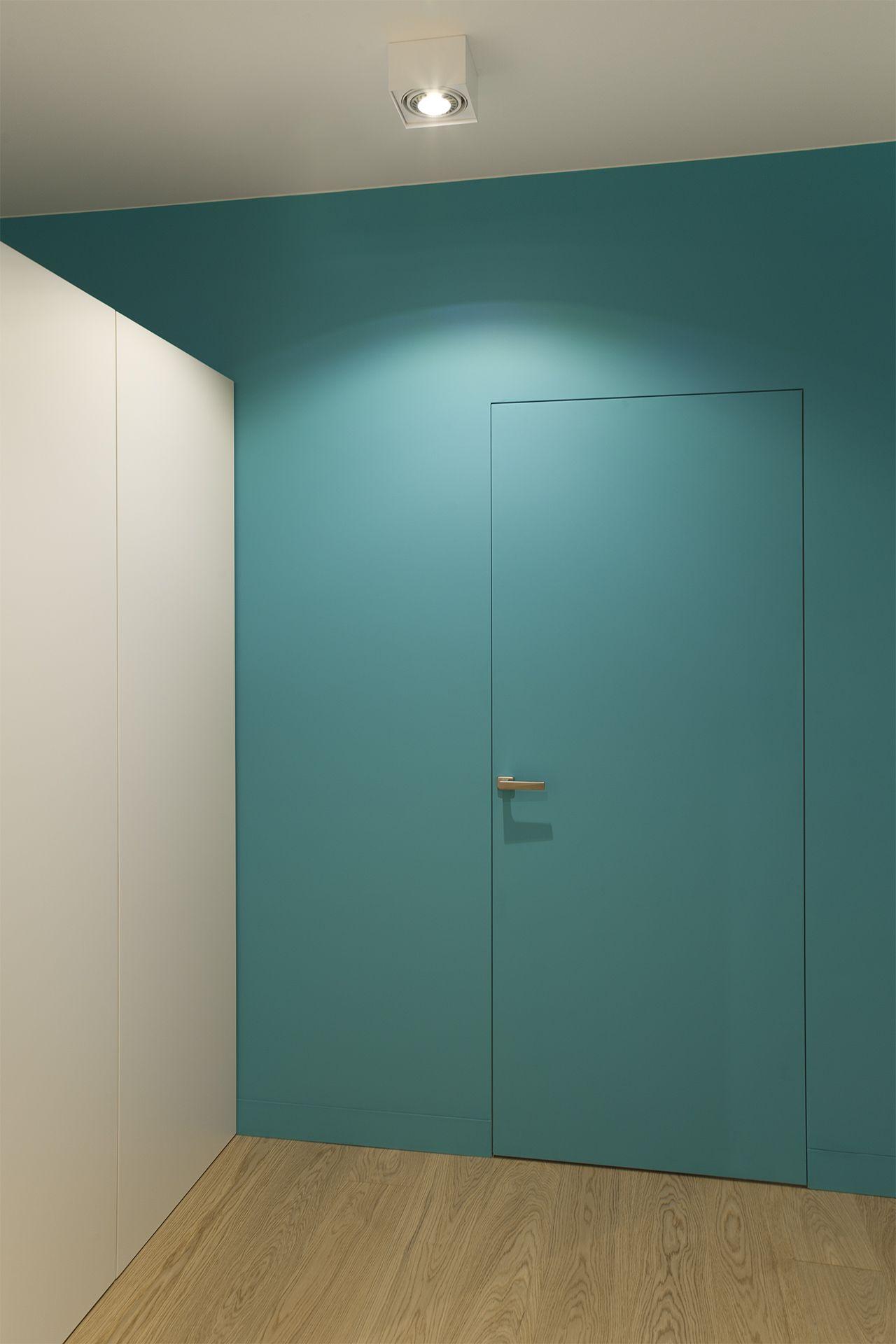 Turkusowe wnętrze, a w nim... drzwi z ukrytą ościeżnicą marki Drims ...