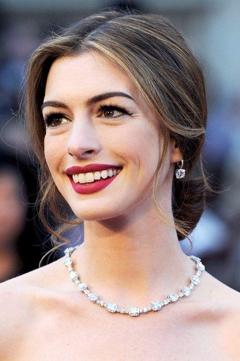 Anne Hathaway Usa Batom Vermelho Looks