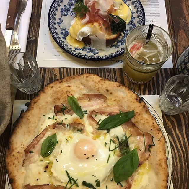 Bon ok j'avoue je suis devenue addict aux restos du @bigmammagroup ! ❤️😋 Ici pizza BrunchLunchCrunch et œufs bénédictine au Biglove caffè.  Une bonne bouffe c'est la base des journées entre copine, n'est-ce pas @elo3ptitschats ?  #pizza #biglovecaffe #bigmammagroup #pornfood #instafood #foodlover #instapizza #oeufbenedictine #eggs