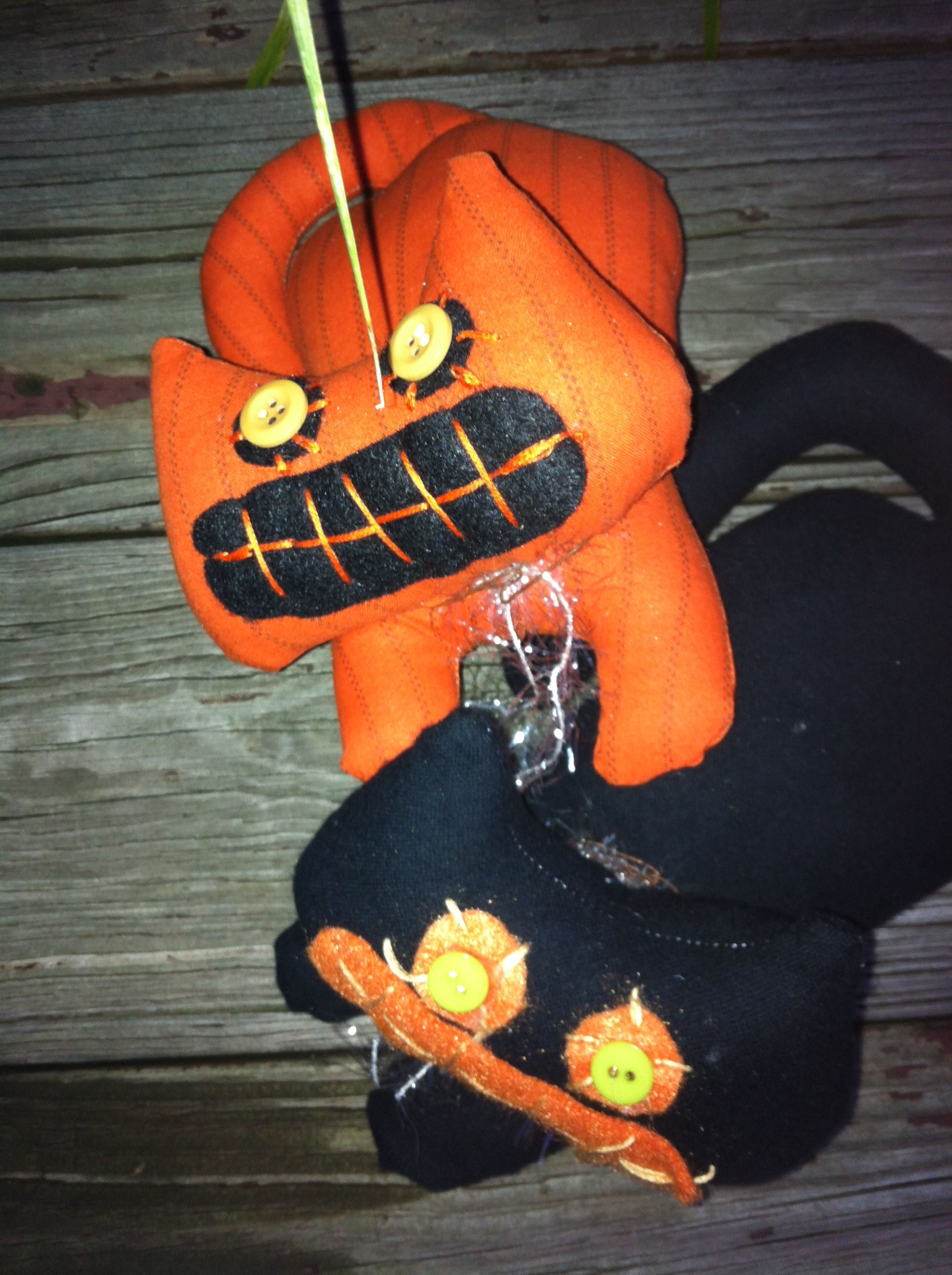 Small primitive Halloween cats , I made these out of several different prints of fabric.