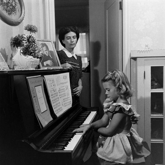 NATALIE WOOD & MARIA GURDIN (1946)