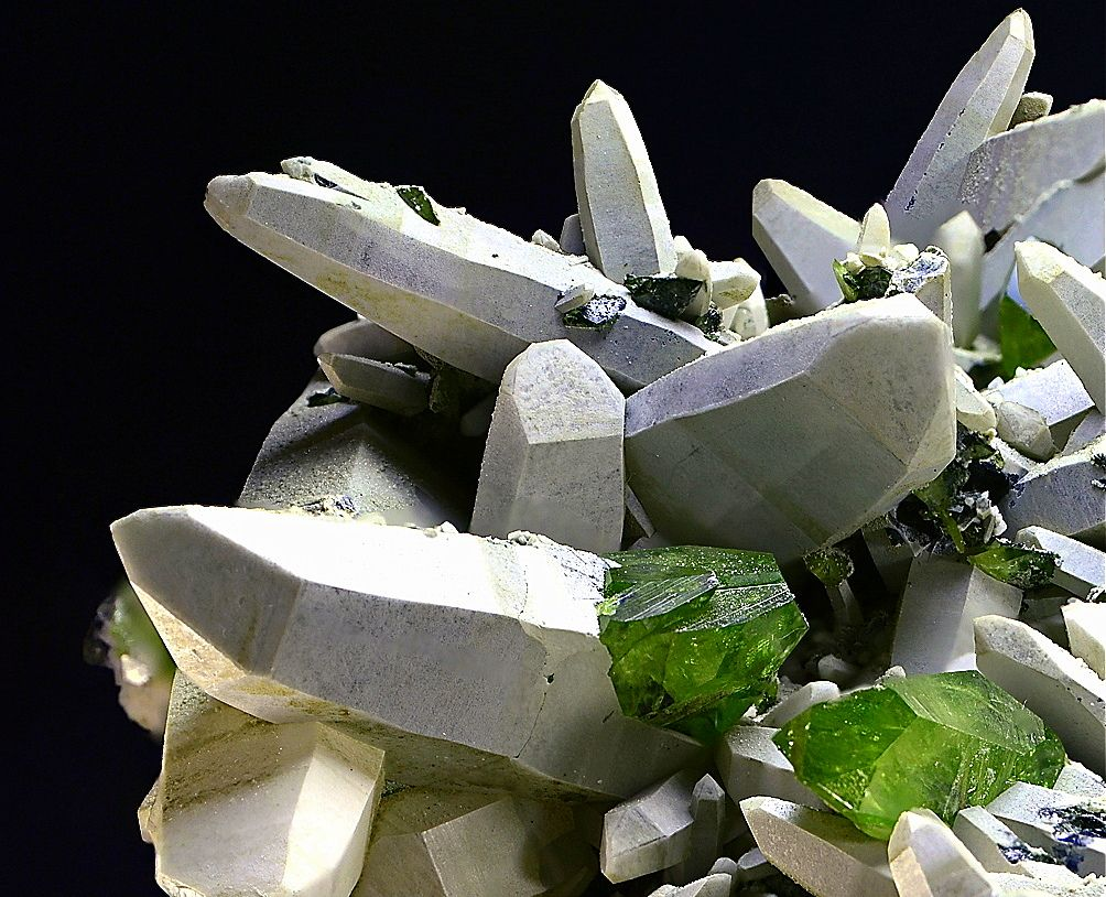 "underthescopemin: ""Titanite, Quartz (Var: Rock Crystal) Wonderful paragenesis: Rock Crystals with a white coating give the ideal contrast to green Titanites. Rudolf Hasler's Photo"""