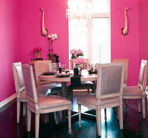 Comedor rosa pared fucsia mesa y siller a vintage rosa for Decoracion para pared fucsia