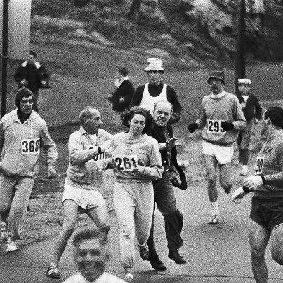 (Ruido Photo) En el maratón de Boston de 1967, Kathrine Switzer se saltó la norma que no permitía a las mujeres participar formalmente. Un juez se percató del desacato e intentó impedir que siguiera corriendo pero ella continuó y algunos de los otros participantes la escoltaron hasta la meta. Esta es una de las imágenes que se tomaron en ese momento.