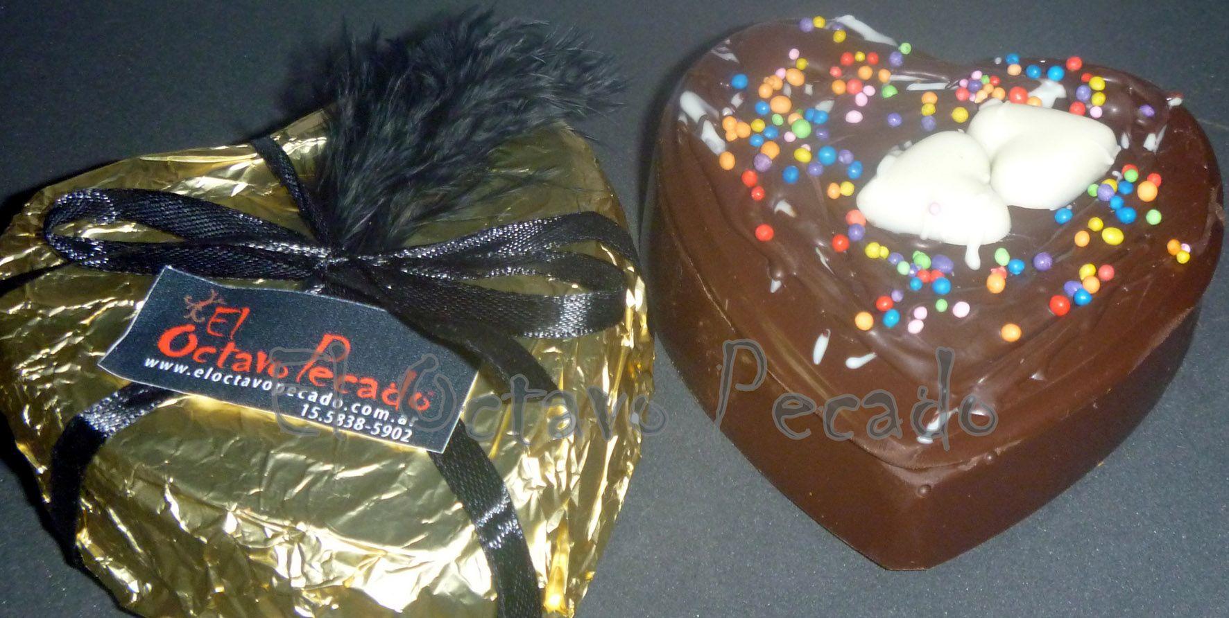 Corazon de chocolate con bombones de chocolates en forma de corazon