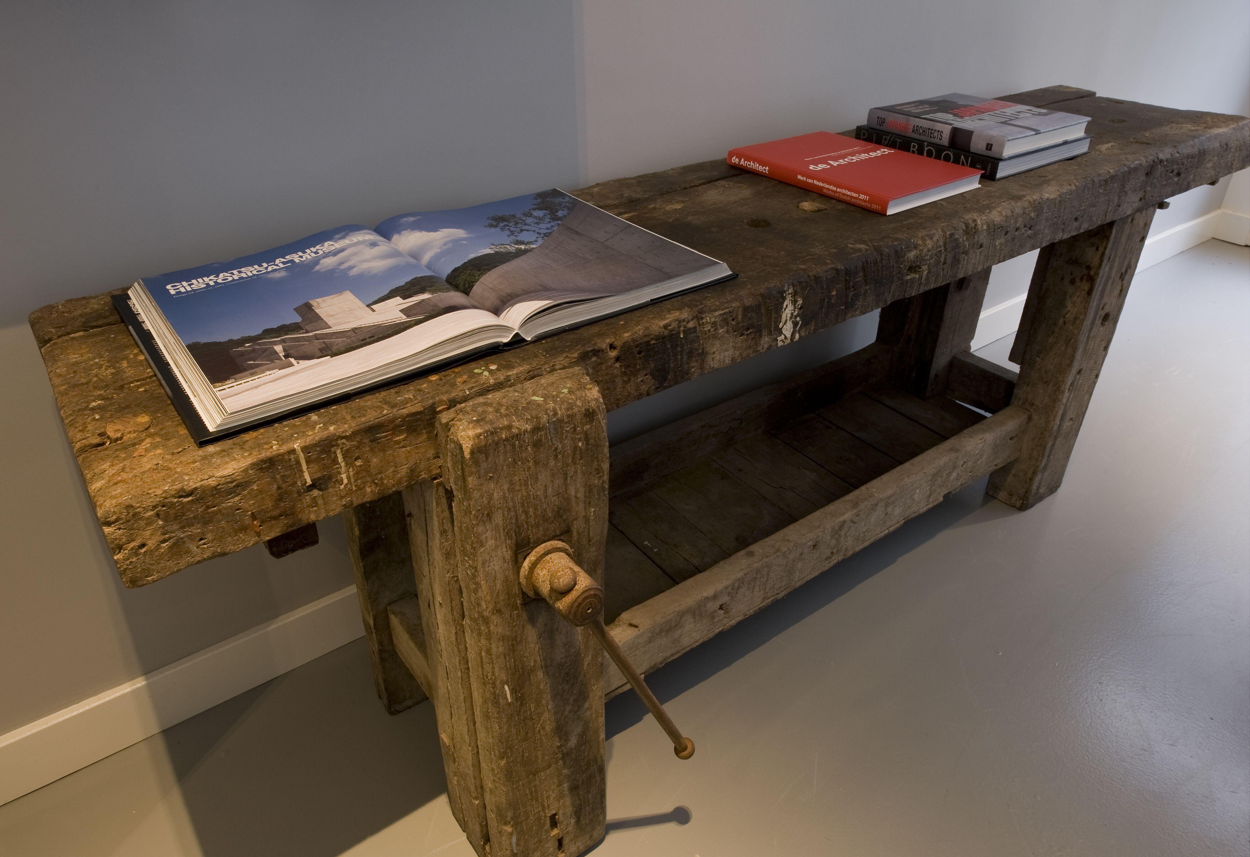 Side Table Oude Werkbank.Hier Nog Zo N Oude Werkbank Gebruikt Bij Kantoorstyling