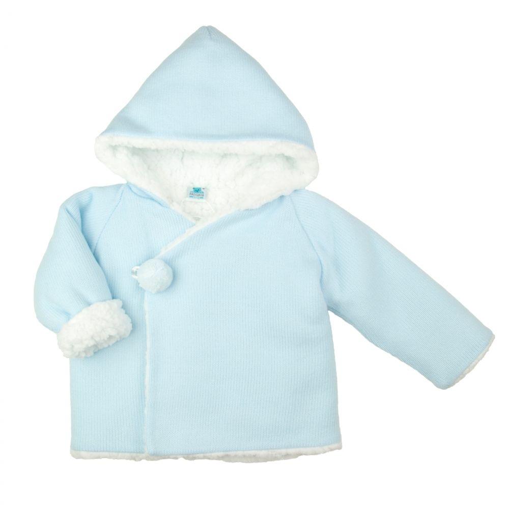 Fijn gebreid lichtblauw baby jasje gevoerd met ecru teddy. Het jasje heeft een overslagsluiting met knoopje en kleine lichtblauwe pompom.