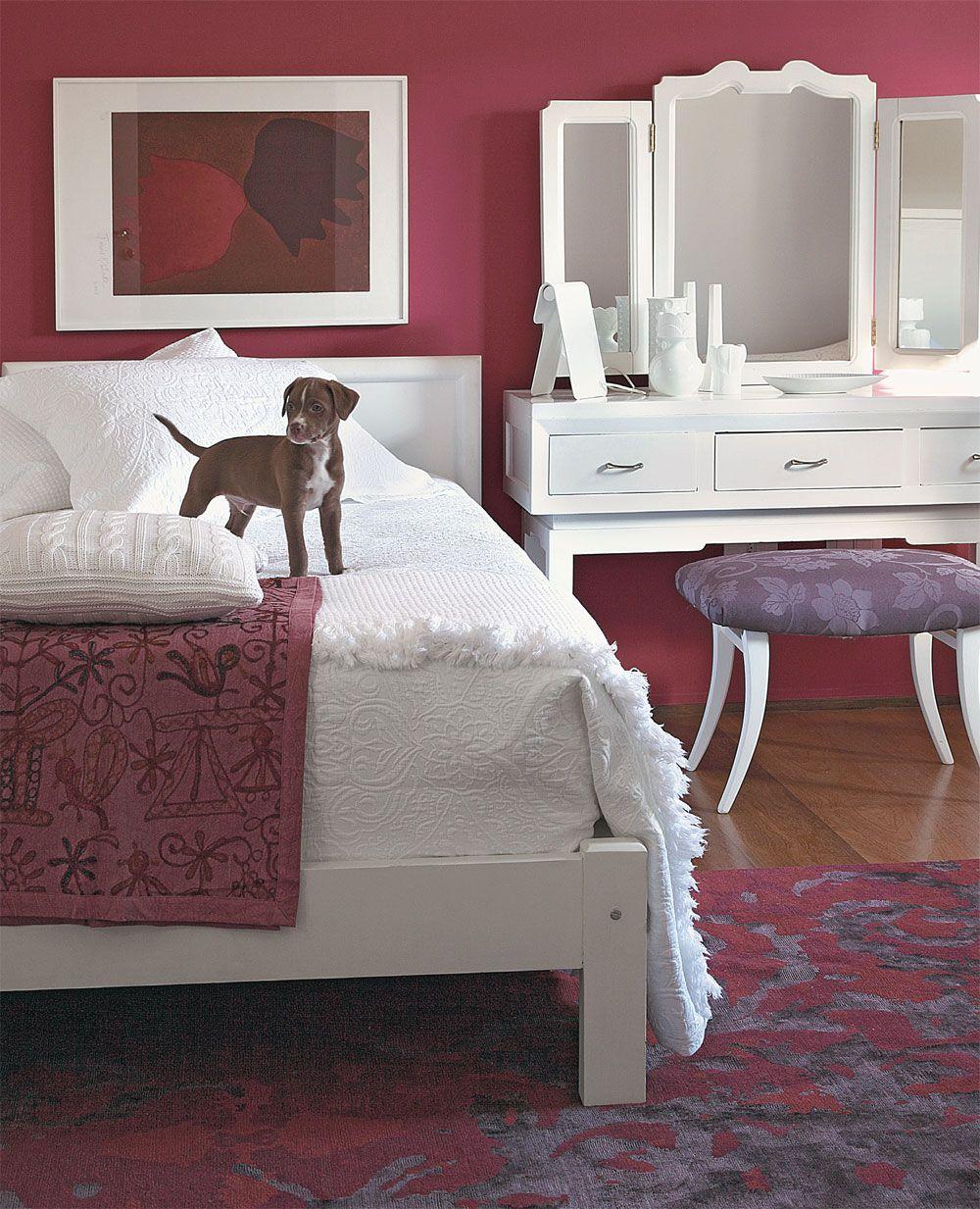 Branco, o enxoval da Casa Almeida acompanha a nova cor dos móveis. Objetos sobre a penteadeira da Loja Teo, tapete da By Kamy e quadro de Mônica Filgueiras Eduardo Machado Galeria.