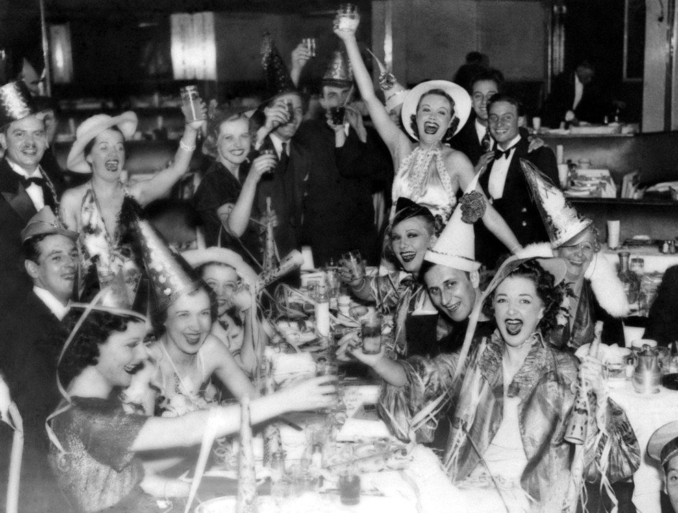 25 Vintage Photos Of Wild NYE Parties Of The Past New