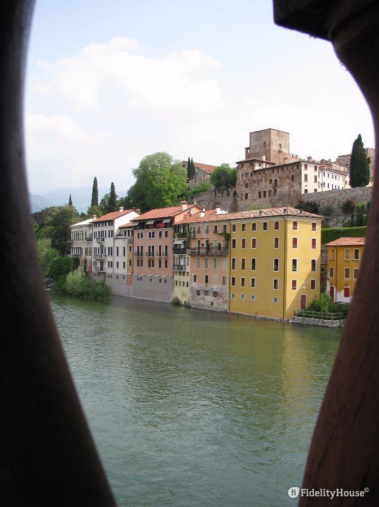 La foto è scattata dal Ponte Vecchio di Bassano del Grappa.