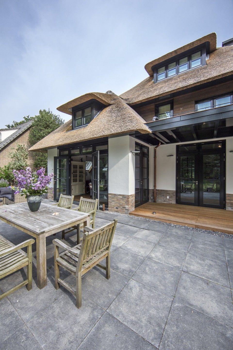 Terrassen Veranda luxe veranda bij villa met rieten dak veranda ideas outdoor
