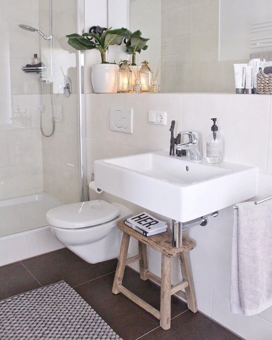Banheiro Pequeno Banquinho De Apoio Embaixo Da Pia Foto Por