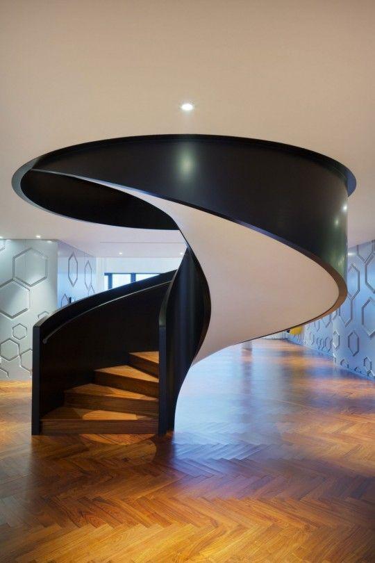 appartement chinois deco coloree escalier en colimacon