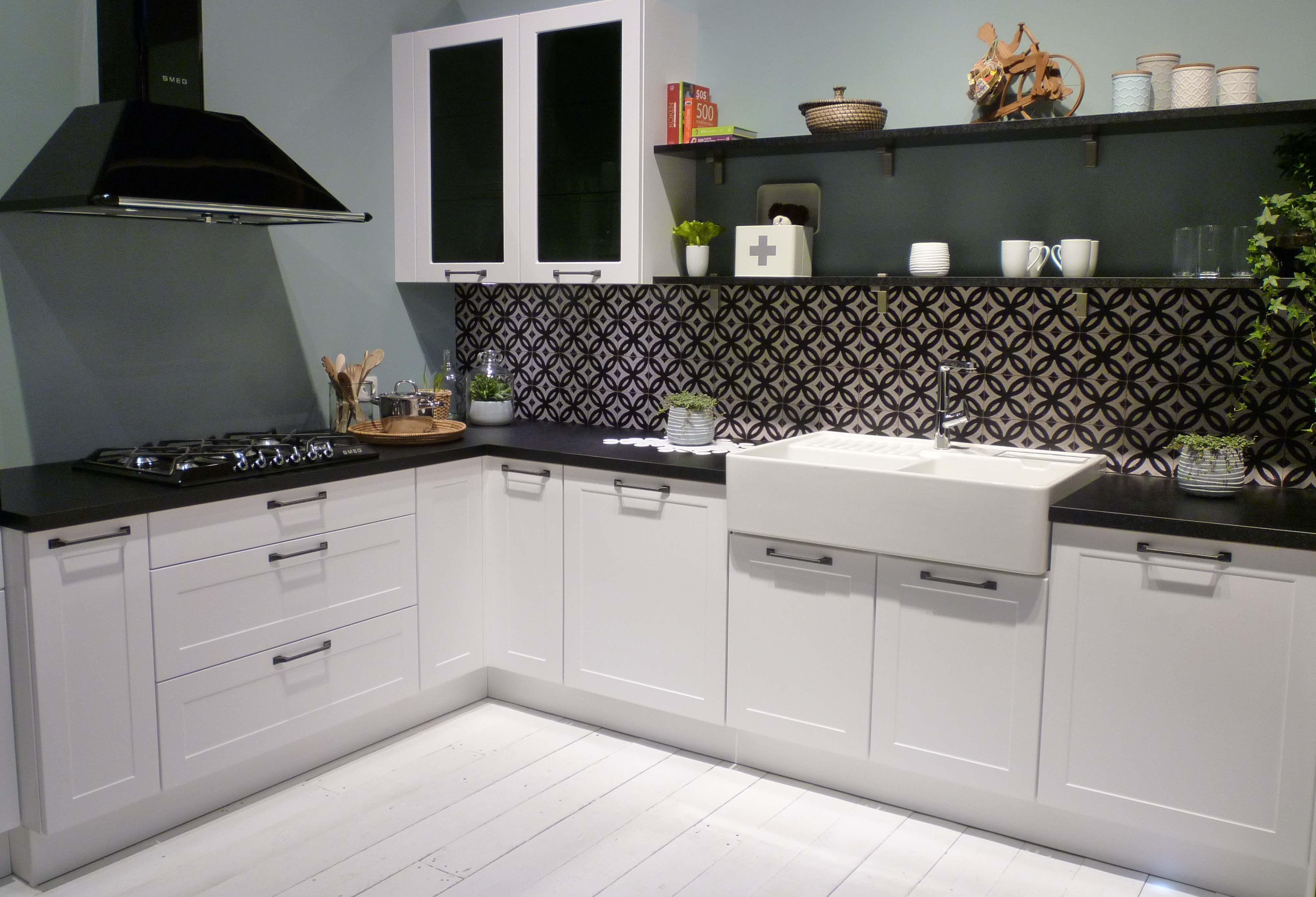 Geef je zwart witte keuken een eigen touch met bijzondere tegeltjes