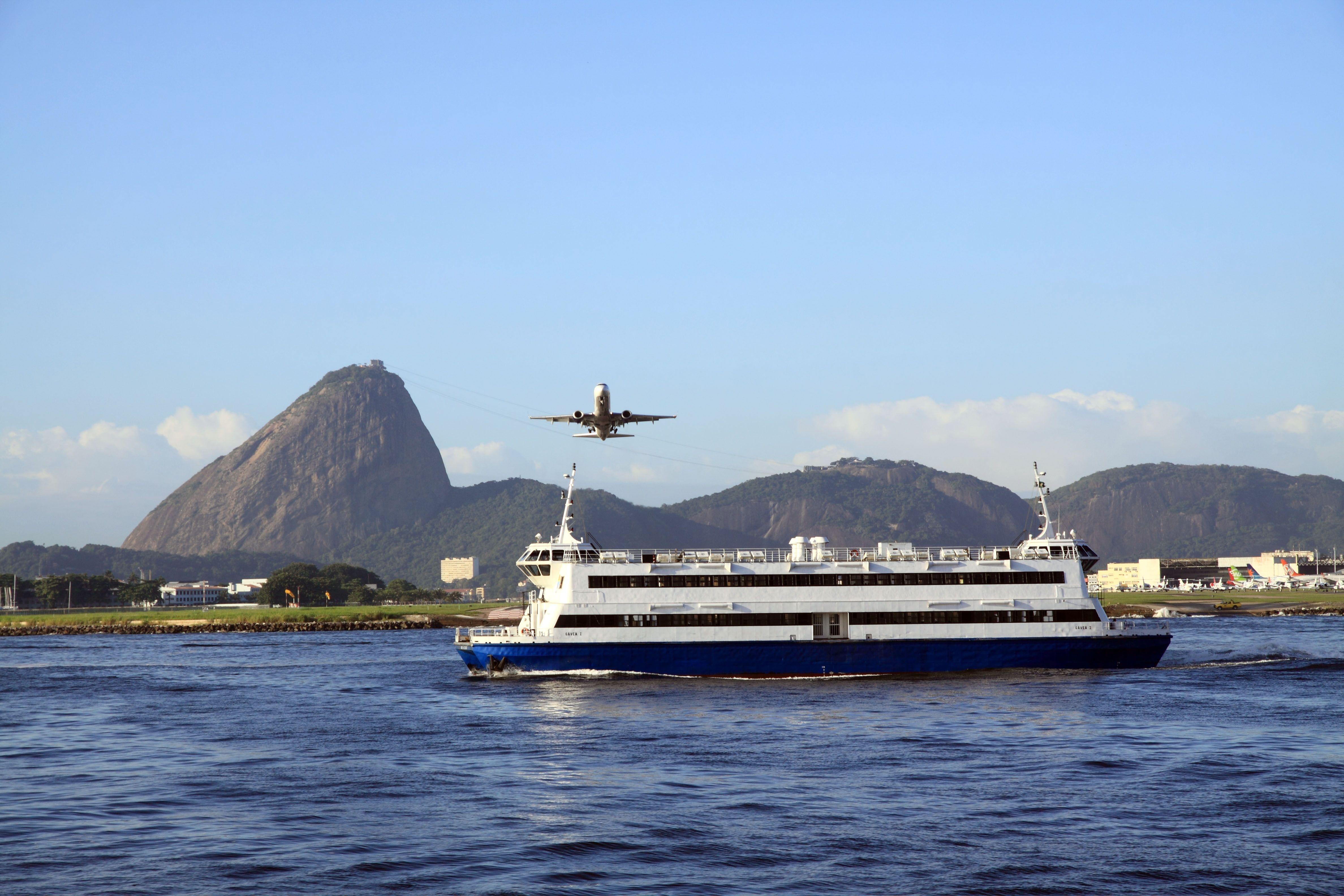 avião decolando do aeroporto santos dumont passando sobre a barca