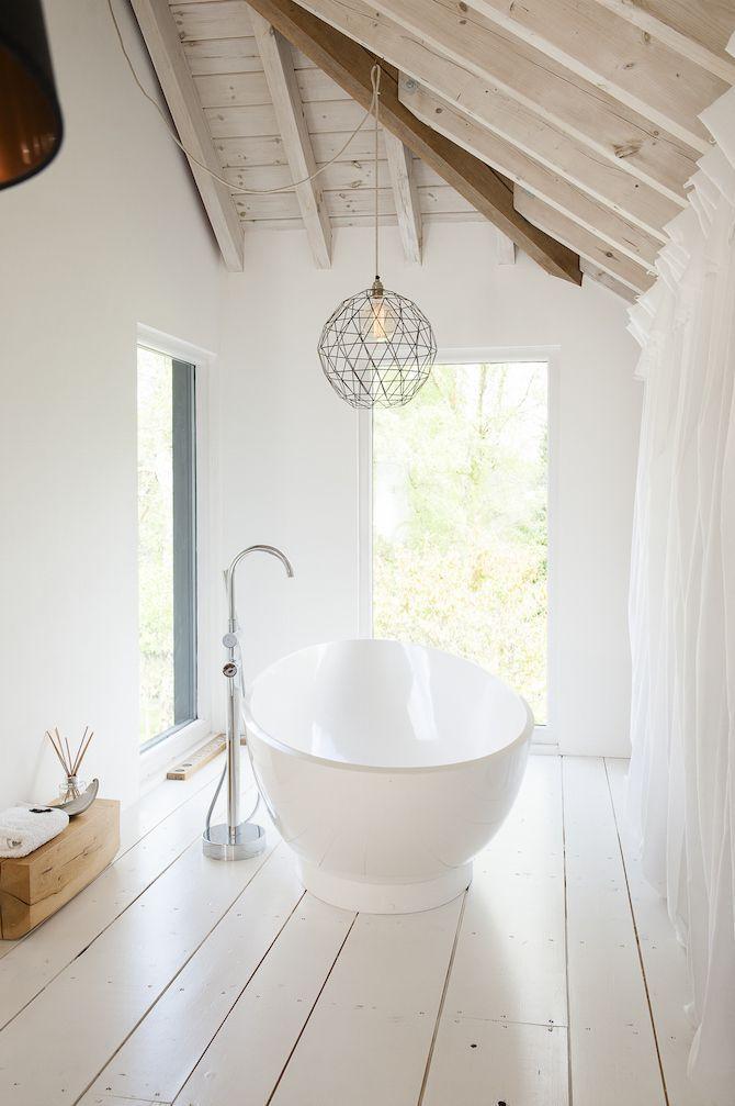 2e verdieping: mooie combinatie van een witte houten vloer met ... - Bad Balken